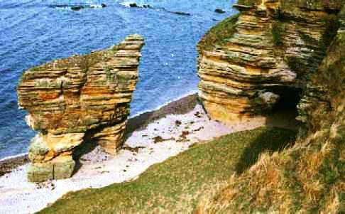 ' 7 miles of caves, cliffs, rockpools & stacks ' [Link to Cummingston & Covesea stacks]